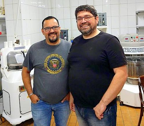 Luiz Vanderlei Nunes e Paulino da Costa na cozinha do Pedra Lagosta ainda tem obras. O primeiro toma conta do salão, o outro da cozinha.
