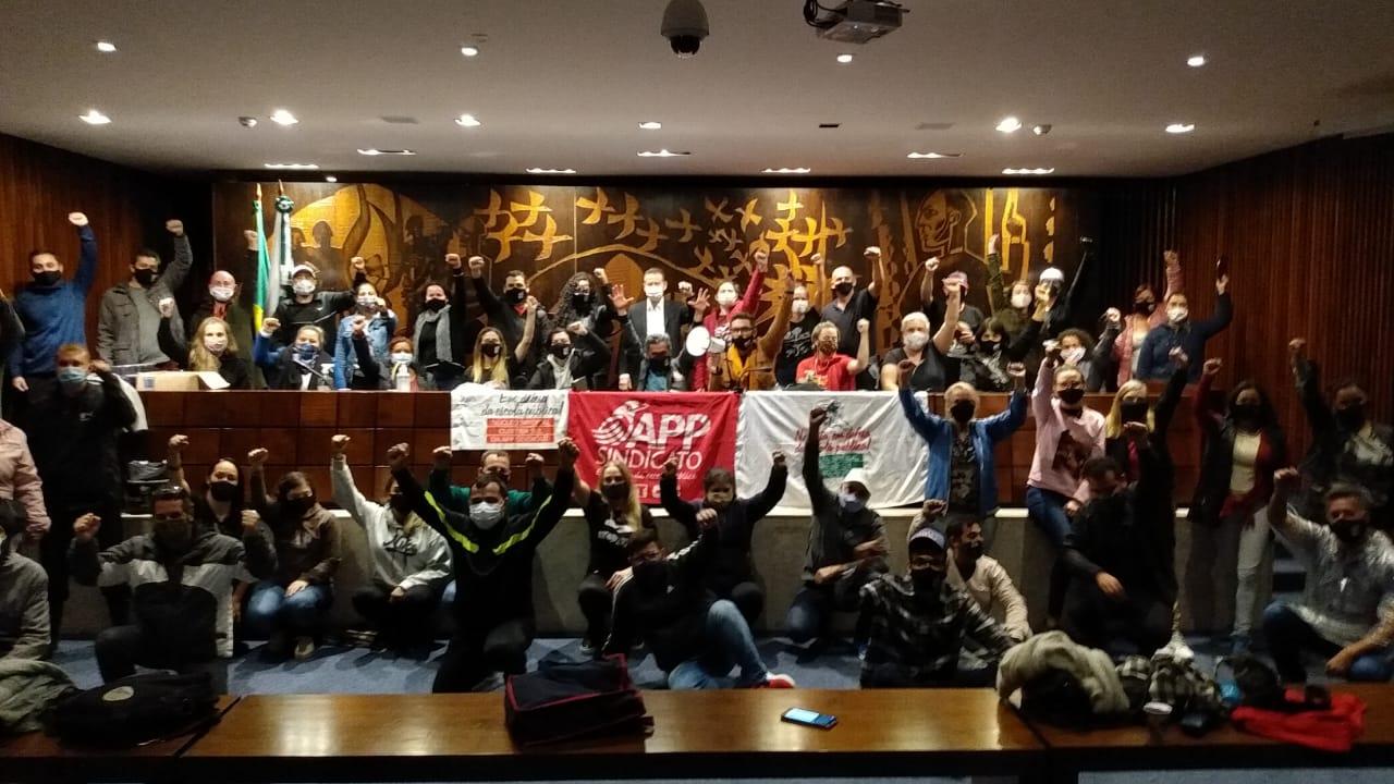 Manifestantes no plenarinho da Assembleia Legislativa, por volta das 21 horas desta quarta-feira (18). Foto: Divulgação/APP-Sindicato